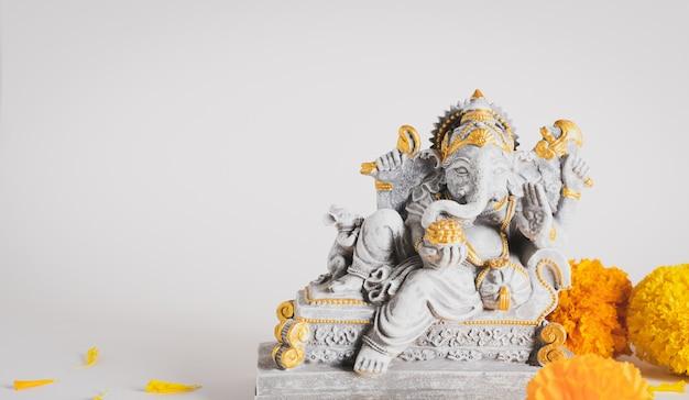 Szczęśliwy festiwal ganeśćaturthi, statua pana ganeśa z piękną teksturą na białym tle, ganeś jest hinduskim bogiem sukcesu.