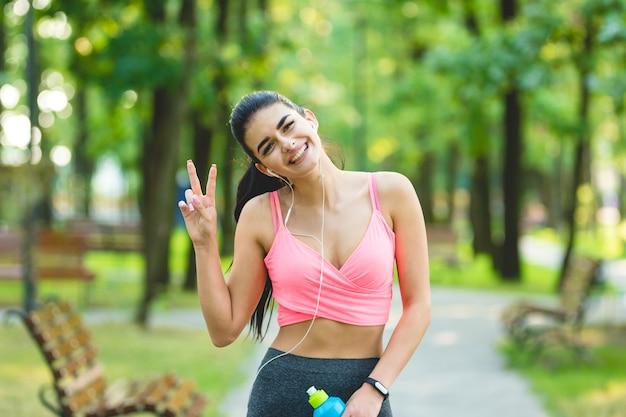 Szczęśliwy gest sportsmenki na świeżym powietrzu