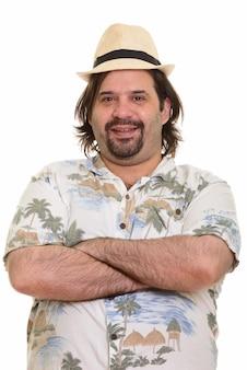 Szczęśliwy gruby brodaty kaukaski mężczyzna uśmiecha się z rękami skrzyżowanymi gotowy na wakacje