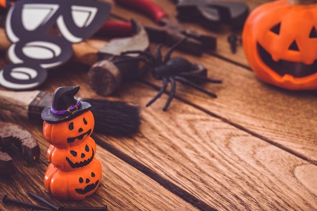 Szczęśliwy halloweenowy dzień z budowy diy przydatnymi narzędziami na drewnianym tła pojęciu z copyspace.