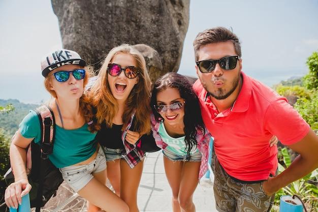 Szczęśliwy hipster towarzystwo przyjaciół podróżujących po świecie