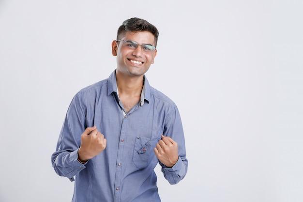 Szczęśliwy i cieszący się indyjskim / azjatyckim młodym człowiekiem