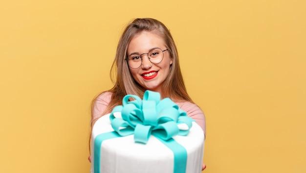 Szczęśliwy i zdziwiony wyrażenie koncepcja tort urodzinowy