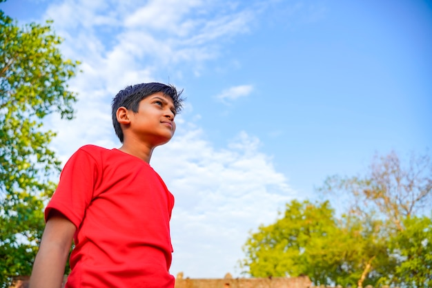 Szczęśliwy indyjski dziecko bawić się przy ziemią