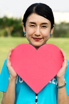 Szczęśliwy japoński wolontariusz z sercem