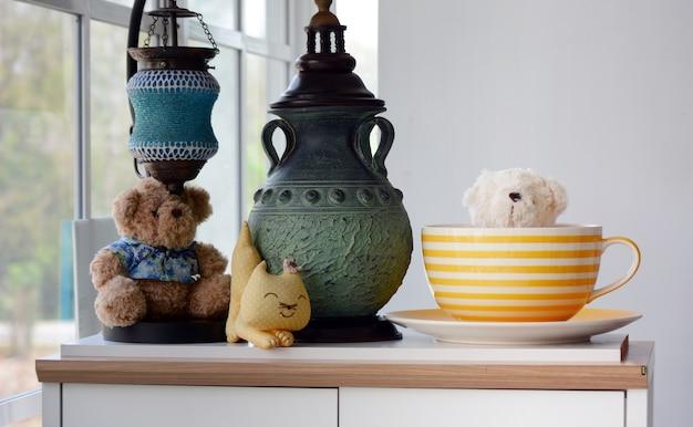 Szczęśliwy kącik domu z dekoracją, niedźwiadkowe lalki