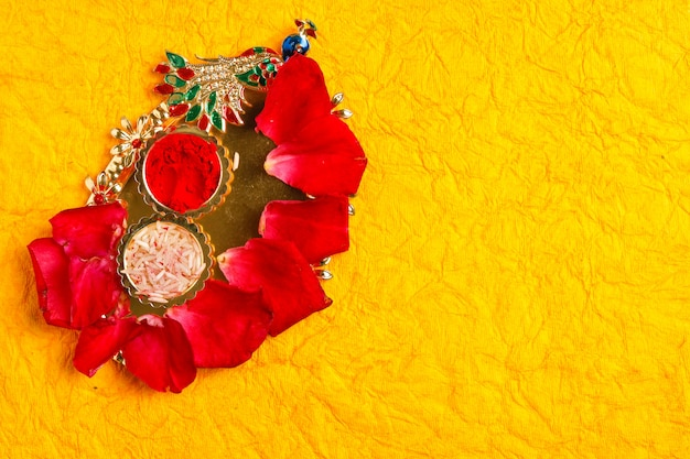 Szczęśliwy kartkę z życzeniami dasera, zielony liść i ryż