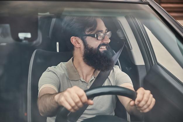 Szczęśliwy kierowca z zapiętym pasem bezpieczeństwa