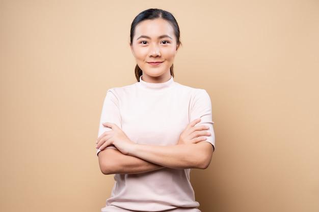 Szczęśliwy kobiety główkowanie i pozycja odizolowywający