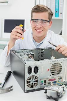Szczęśliwy komputerowy inżynier pracuje na łamanym przyrządzie