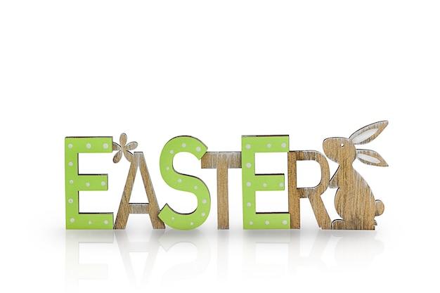 Szczęśliwy króliczek wielkanocny z drewnianym tekstem.
