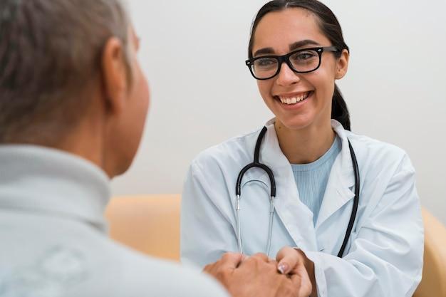 Szczęśliwy lekarz mówi do pacjenta