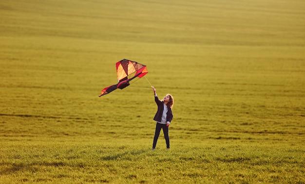 Szczęśliwy mała dziewczynka bieg z kanią w rękach na pięknym polu