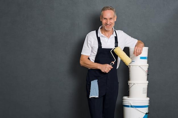 Szczęśliwy malarz trzyma wałek