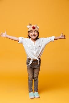 Szczęśliwy małej dziewczynki dziecko jest ubranym boże narodzenie śliczną maskę.