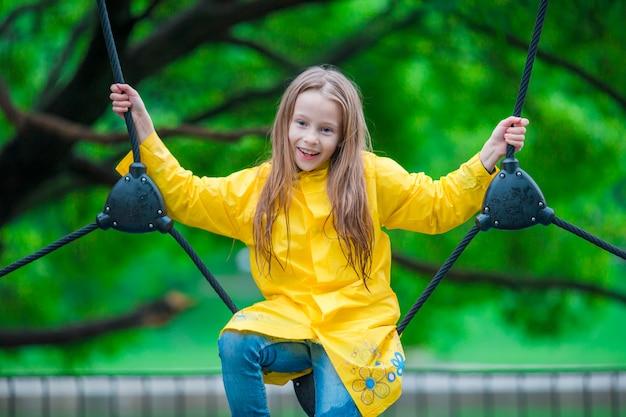 Szczęśliwy małej dziewczynki playng na plenerowym boisku