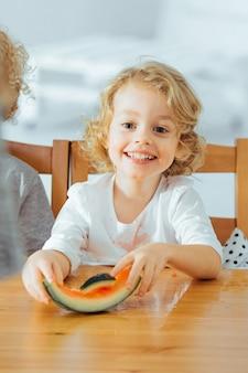 Szczęśliwy mały chłopiec je arbuza