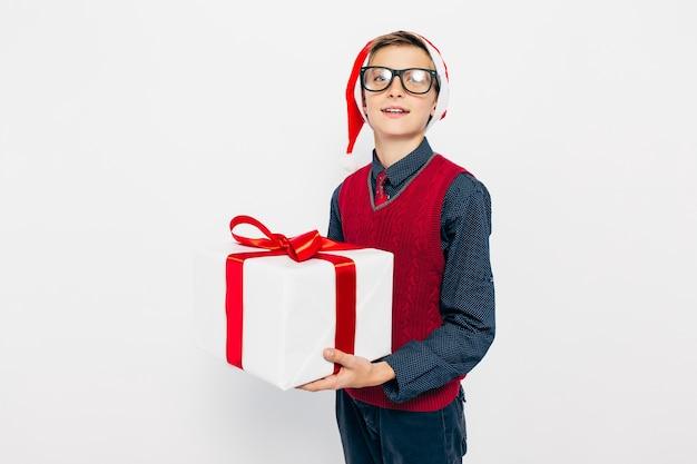 Szczęśliwy mały chłopiec w czerwonym kapeluszu santa
