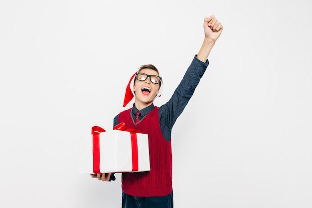 Szczęśliwy mały chłopiec w czerwonym santa