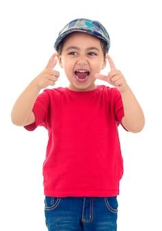 Szczęśliwy mały chłopiec z czerwoną koszulką