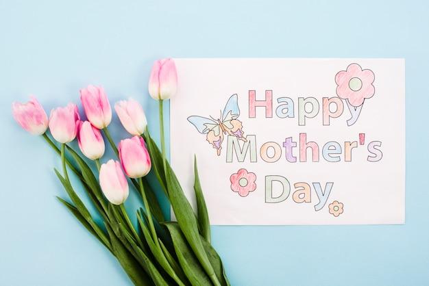 Szczęśliwy matka dzień rysuje na papierze z jaskrawymi tulipanami