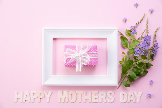 Szczęśliwy matka dzień z odgórnym widokiem obrazek rama i prezenta pudełko