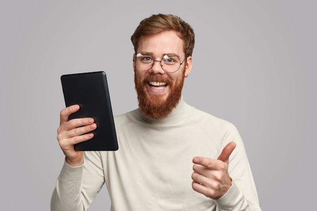 Szczęśliwy męski programista aplikacji