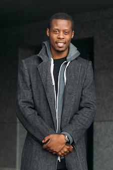 Szczęśliwy mężczyzna afroamerykanów. moda uliczna. radosny uśmiech czarnego mężczyzny, stylowy model, koncepcja piękna
