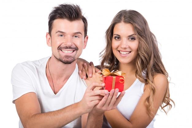 Szczęśliwy mężczyzna daje prezentowi jego dziewczyna.