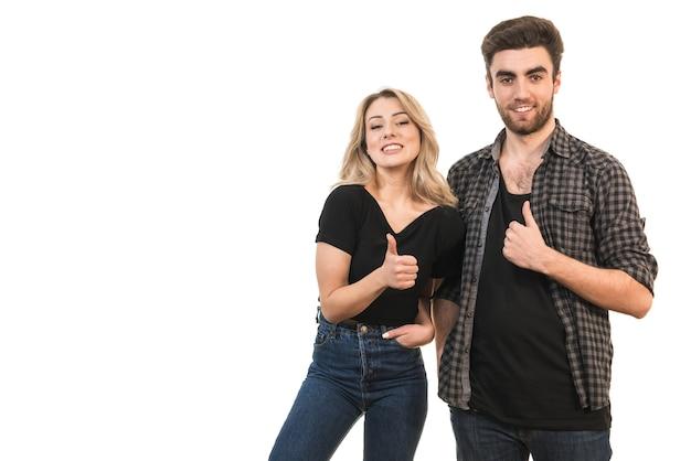 Szczęśliwy mężczyzna i kobieta kciuki w górę na białym tle