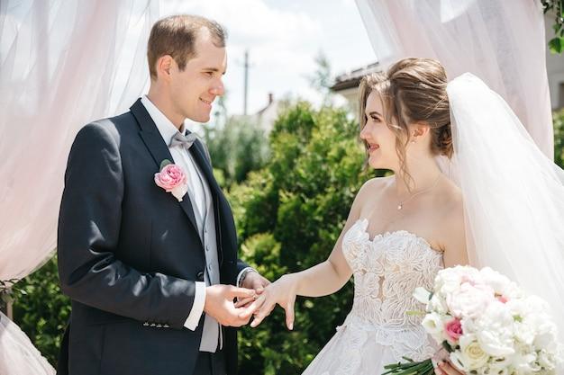 Szczęśliwy mężczyzna i żona w słoneczny dzień