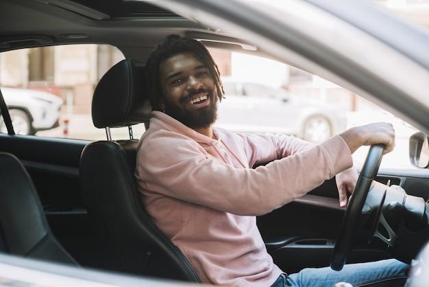 Szczęśliwy mężczyzna jedzie bocznego widok