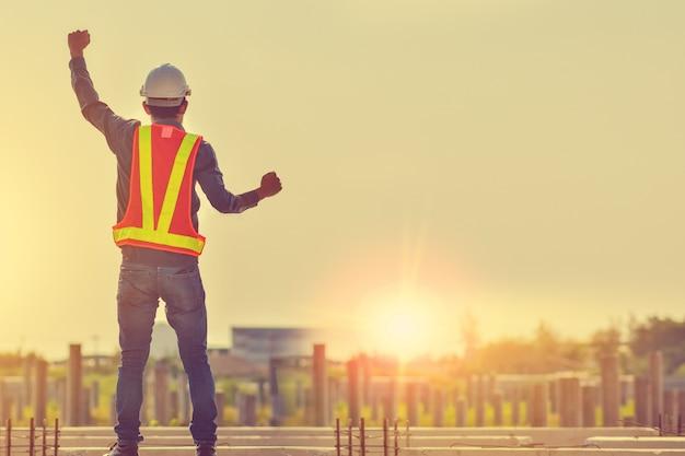 Szczęśliwy mężczyzna nadzorcy sukcesu projekt przy budową