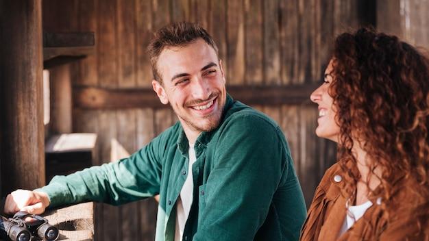 Szczęśliwy mężczyzna patrzeje jego dziewczyny