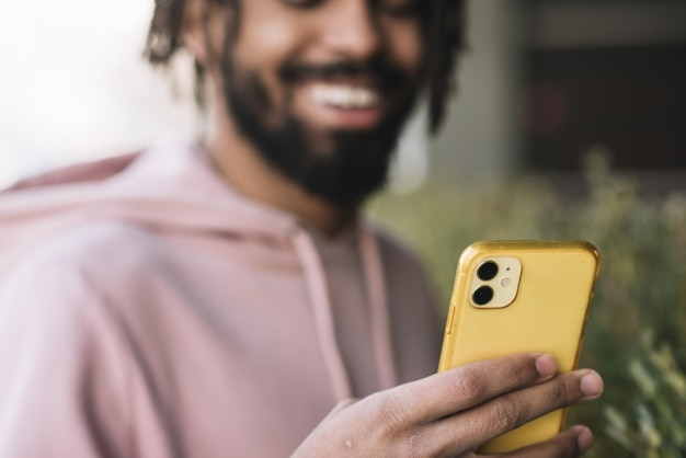 Szczęśliwy mężczyzna patrzeje telefon