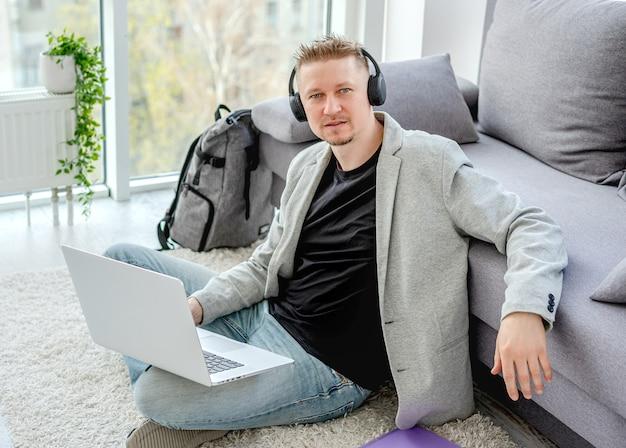 Szczęśliwy mężczyzna pracuje na laptopie