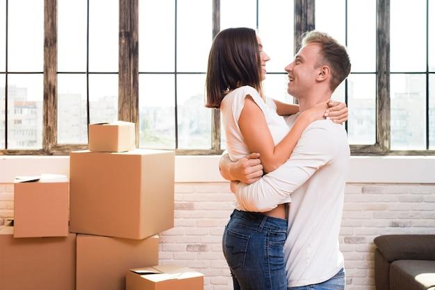 Szczęśliwy mężczyzna trzyma jego dziewczyny w jego rękach