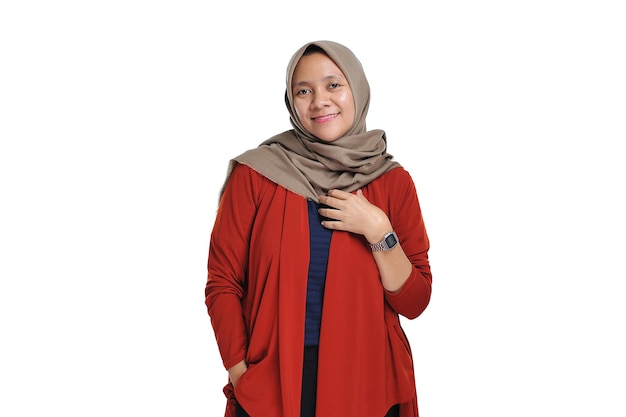 Szczęśliwy młodej pięknej azjatyckiej kobiety przedsiębiorcy noszącej hidżab uśmiechający się na białym tle