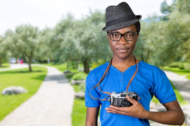 Szczęśliwy młody afrykański fotograf