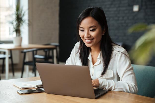 Szczęśliwy młody azjatykci bizneswoman