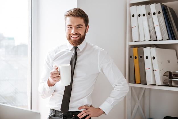 Szczęśliwy młody biznesmen