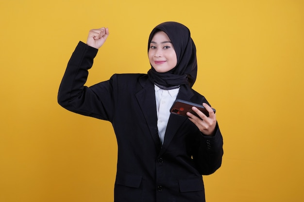 Szczęśliwy młody bizneswoman dostaje dobre wieści na żółtym tle