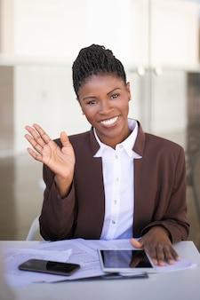 Szczęśliwy młody bizneswomanu pozować