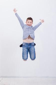 Szczęśliwy młody chłopak skacze