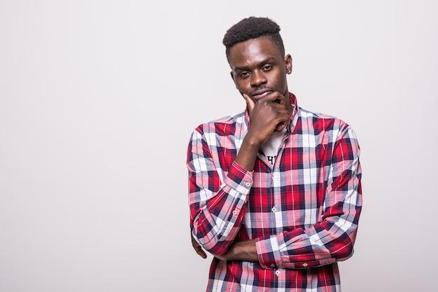 Szczęśliwy młody człowiek afroamerykanin na białym tle - czarni