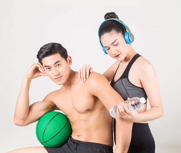 Szczęśliwy młody człowiek fitness i jego dziewczyna w czasie szkolenia