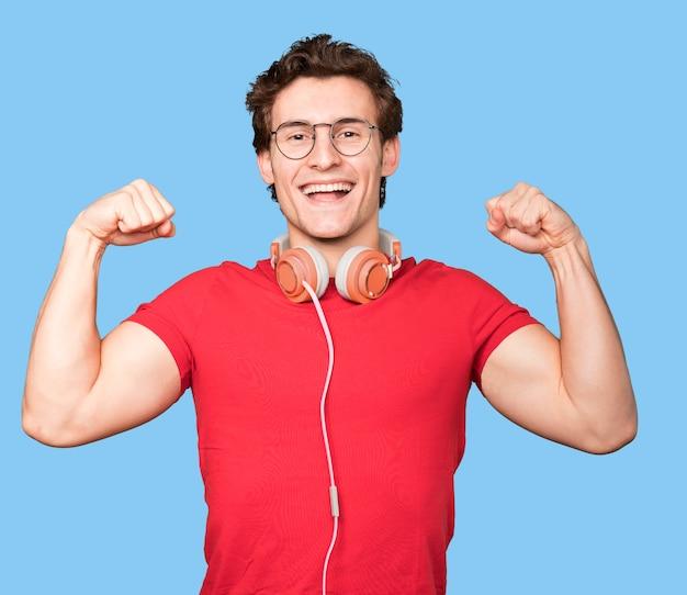 Szczęśliwy młody człowiek gestem świętowania