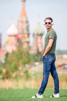 Szczęśliwy młody człowiek miejski cieszyć się przerwą w mieście