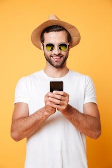 Szczęśliwy młody człowiek na czacie przez telefon
