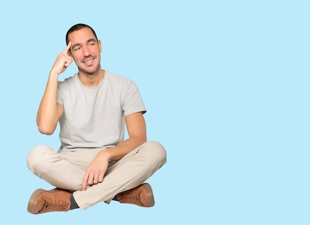 Szczęśliwy młody człowiek robi gest koncentracji